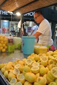 生のレモンをたっぷり使うレモネード。すっぱさが、この暑さにピッタリです
